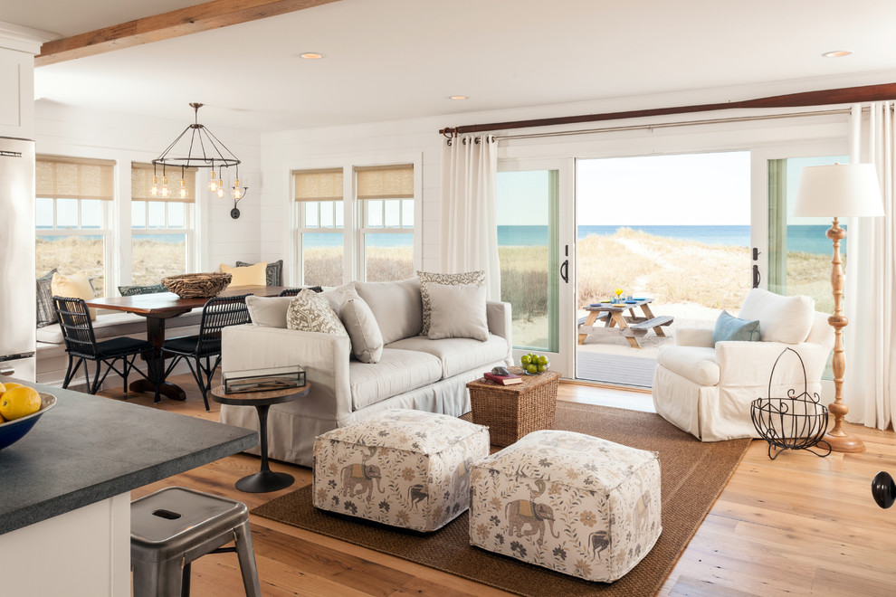 Большие окна в пляжном доме