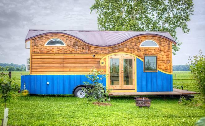 Волна на крыше и синева снизу зовут дом на колёсах для семьи к морю