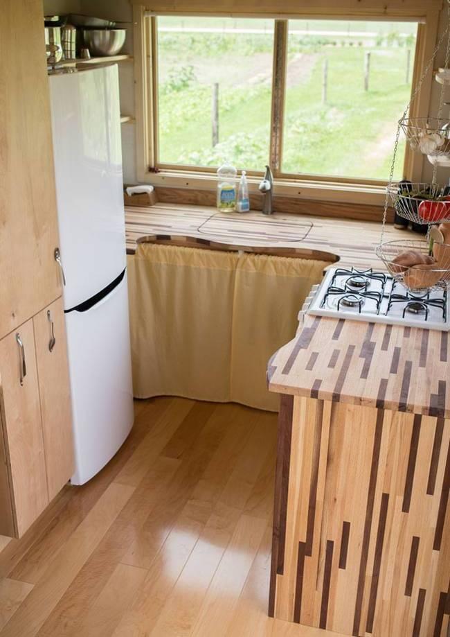 Интерьер дома на колёсах для семьи: деревянная отделка