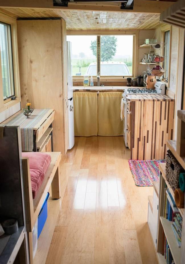 Интерьер дома на колёсах для семьи: функциональная кухня