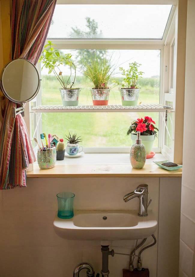 Дом на колёсах для семьи. Окно в ванной