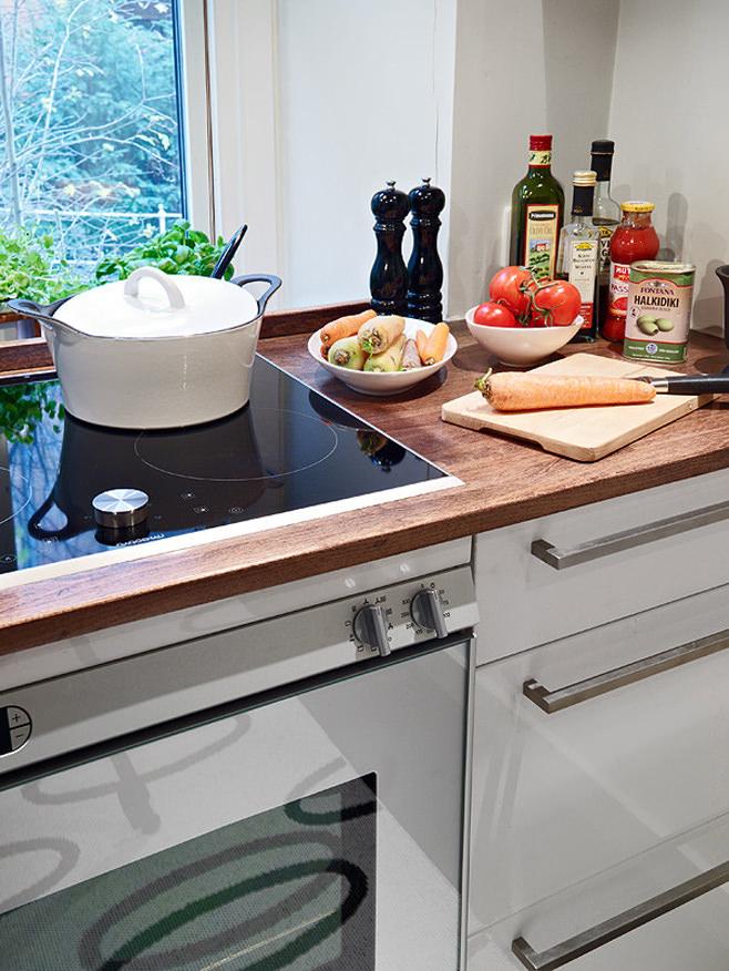 Плита и рабочая поверхность на кухне квартиры-студии в Швейцарии