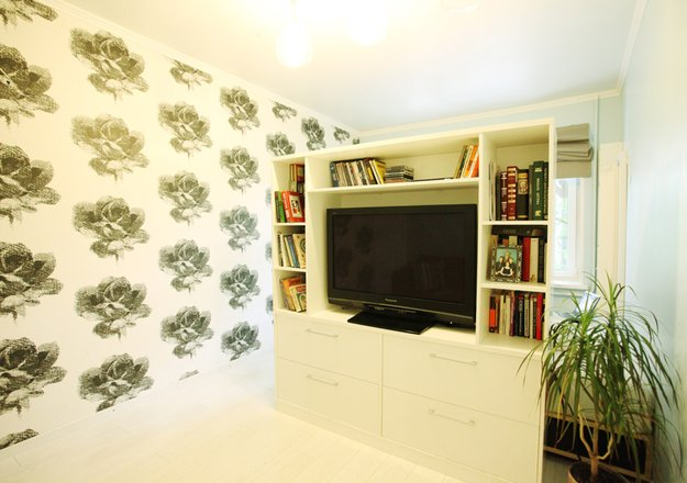 Книжный стеллаж с нишей для телевизора в гостиной