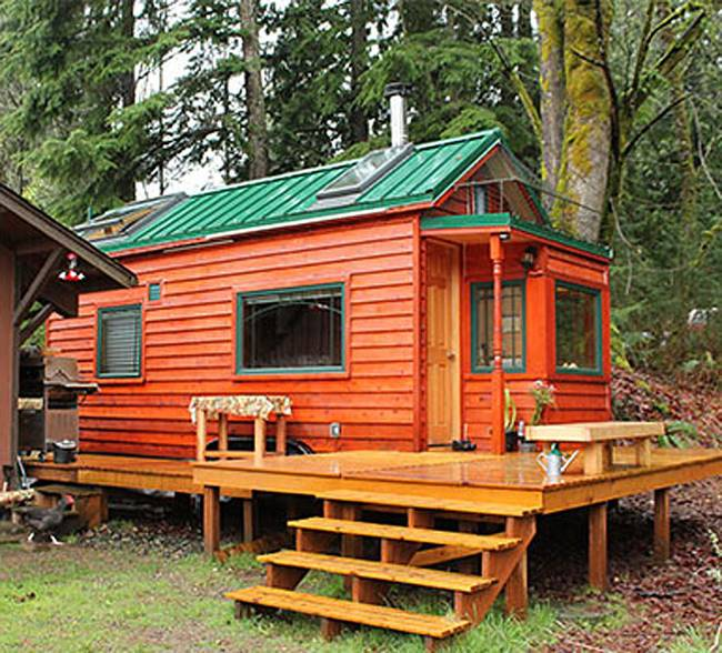 Уютный маленький деревянный дом