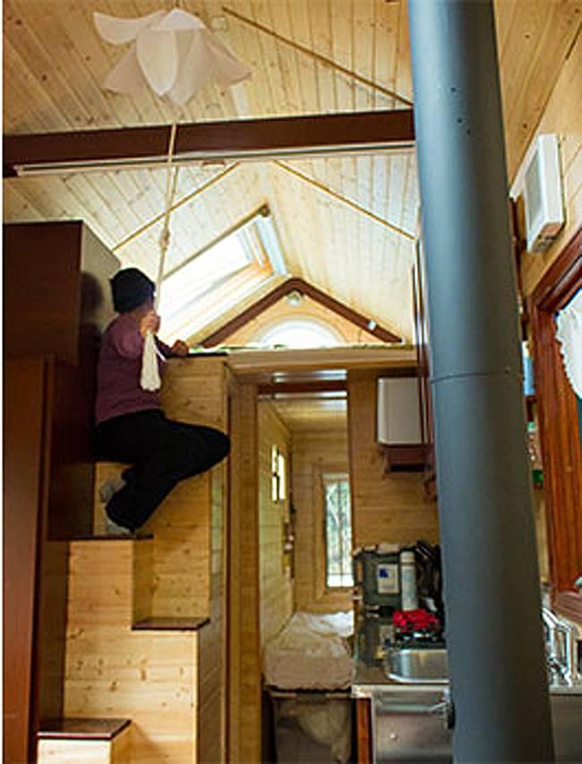 Спальня под потолком в уютном маленьком доме