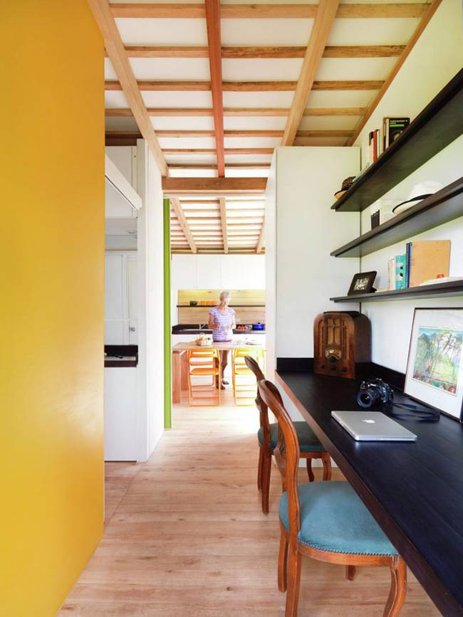 Эквадорский маленький домик в лесу. Яркое зонирование помещение