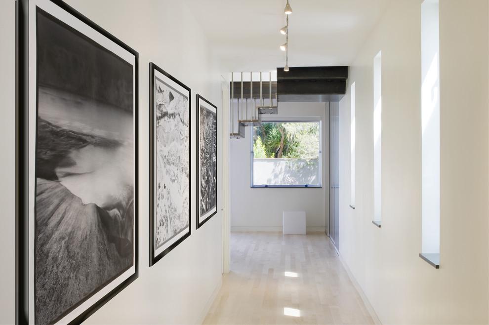 Большие картины на стене в коридоре