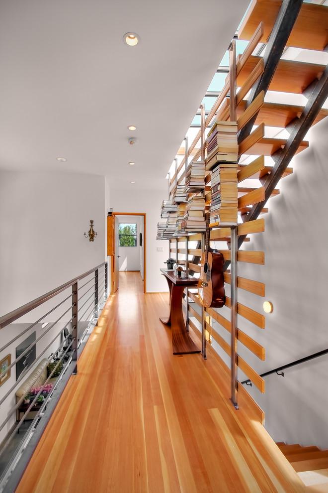 Книжный стеллаж в коридоре