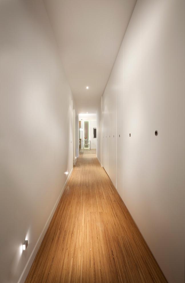 Белый встроенный шкаф в коридоре