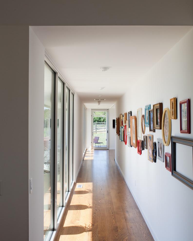 Картины на стене в узкой коридоре