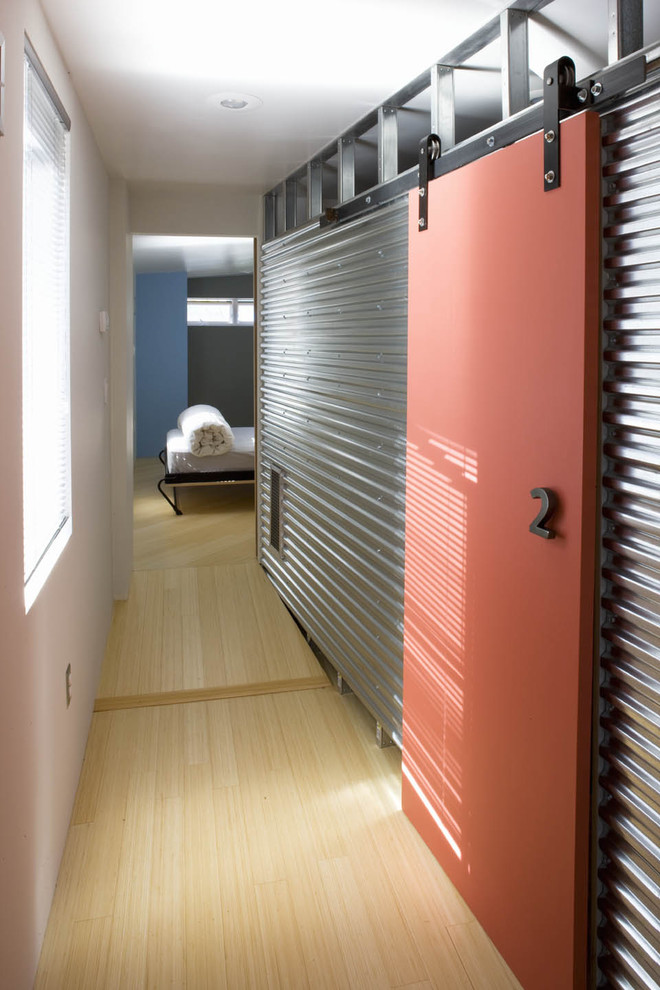 Акцентная стена в коридоре