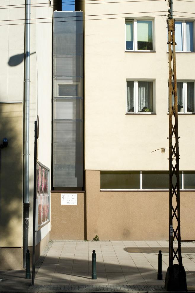 Узкое жильё между двумя домами