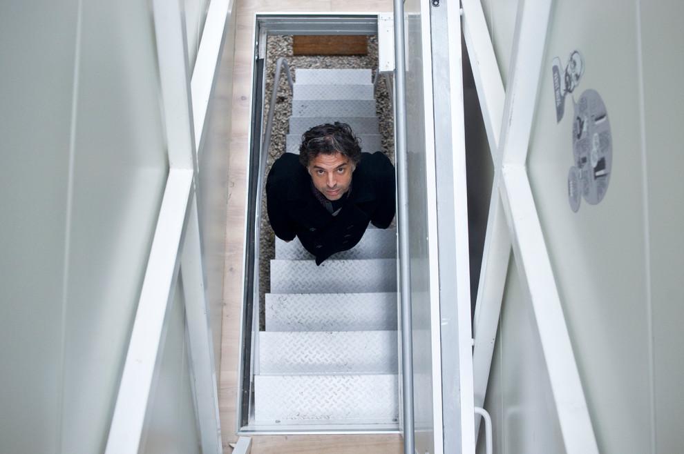 Хозяин узкой квартиры на лестнице