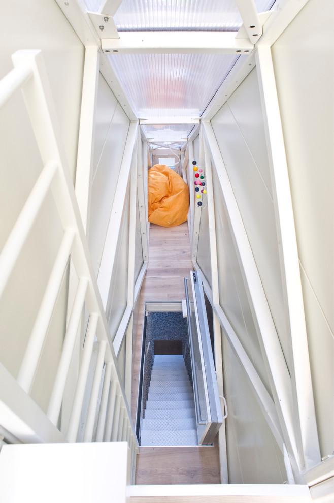 Вид из квартиры на парадную лестницу