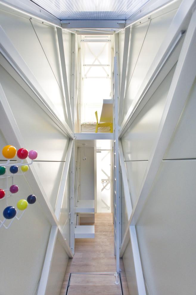 Белые стены в узком жилье