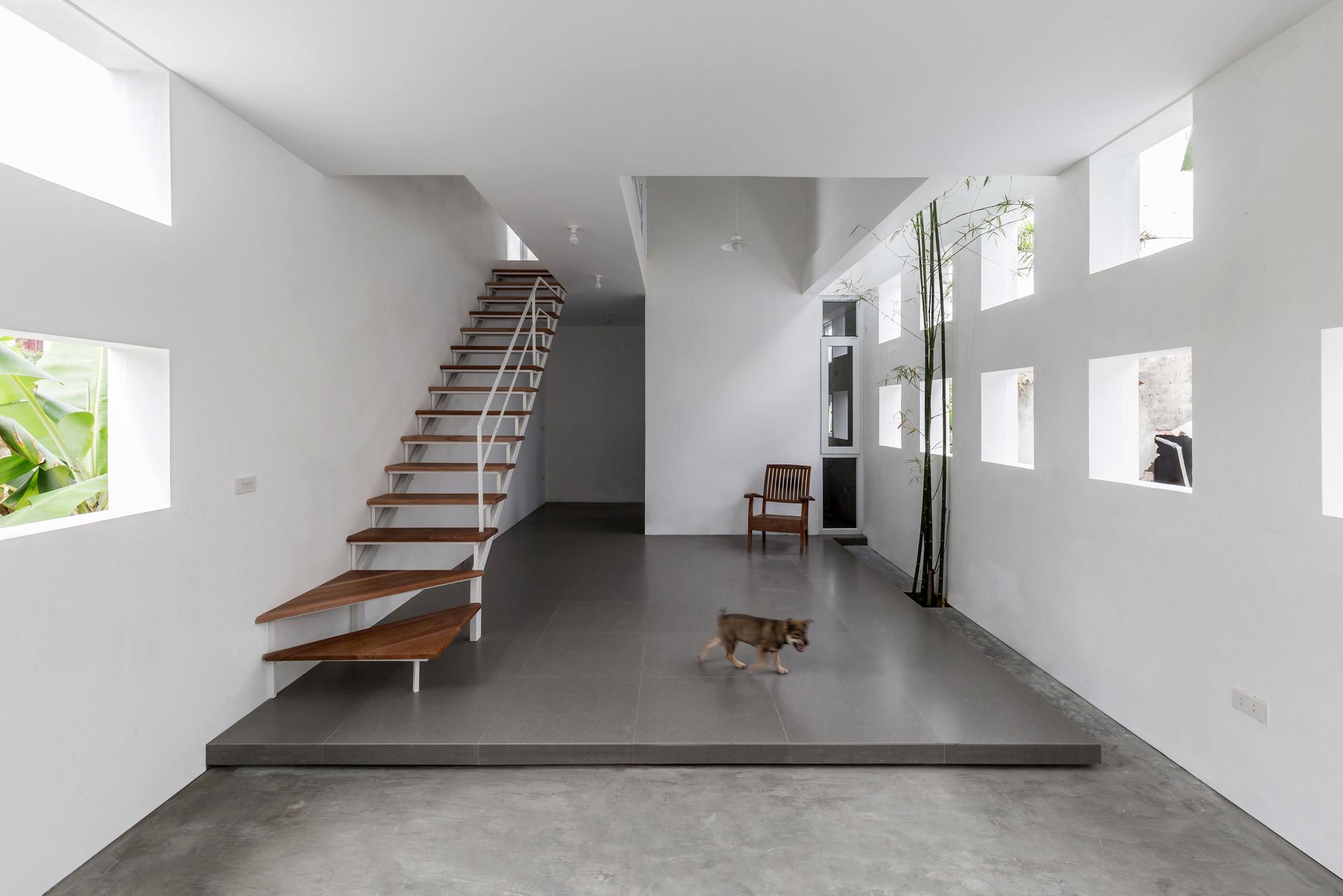 Лестница в узком бетонном доме