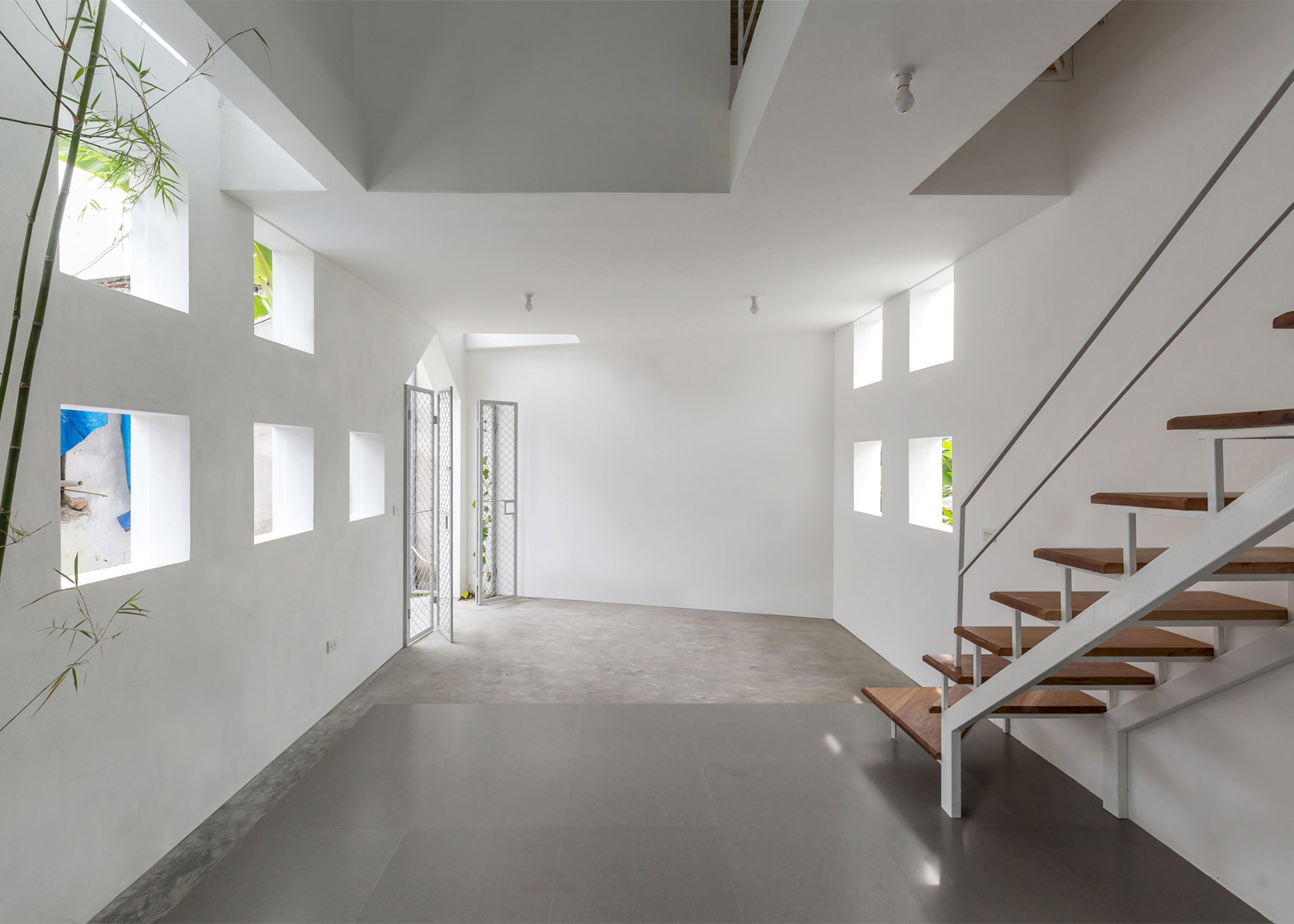 Холл в узком бетонном доме