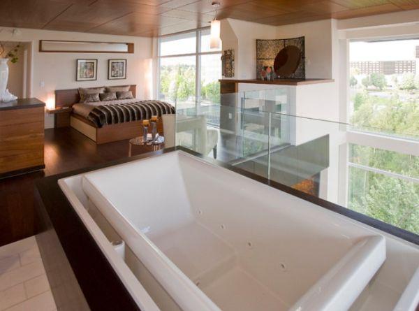 Ванна с гидромассажем в спальне