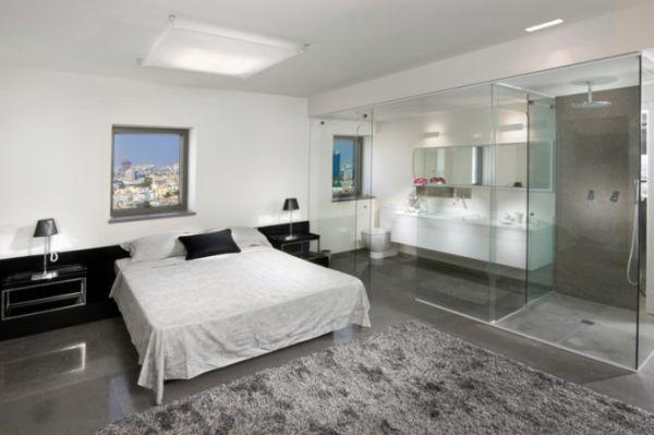 Ванная за стеклом в спальне