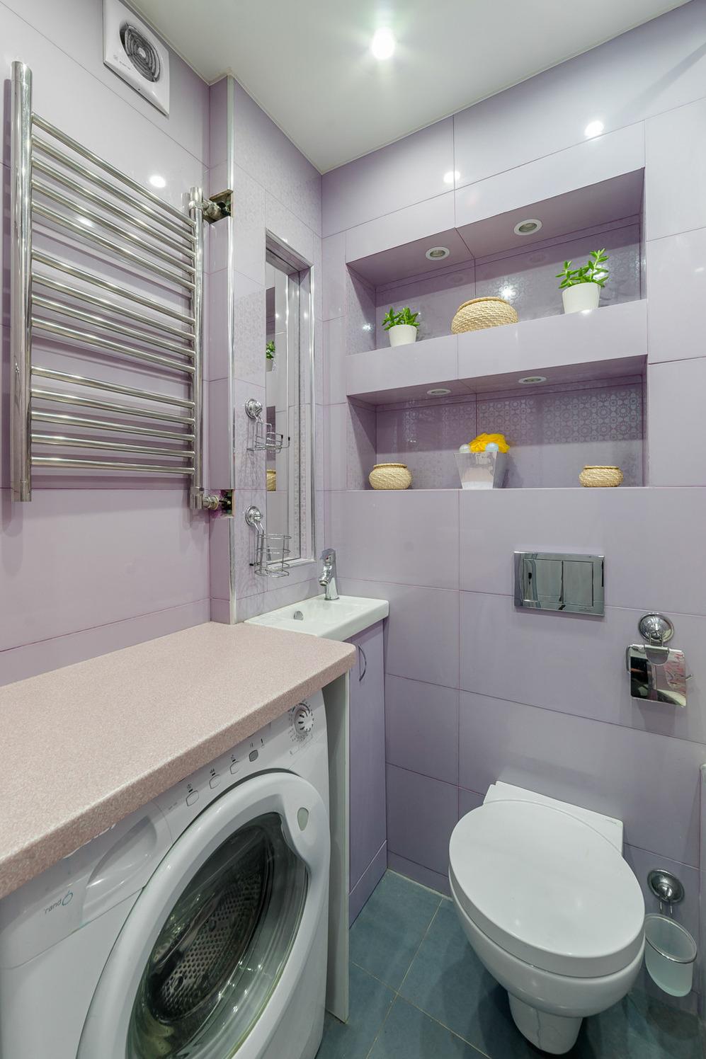 Лиловая плитка в оформлении ванной
