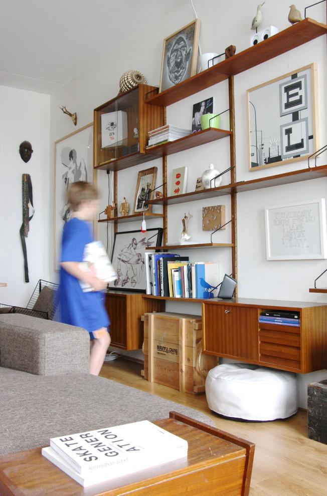 Открытый стеллаж в гостиной