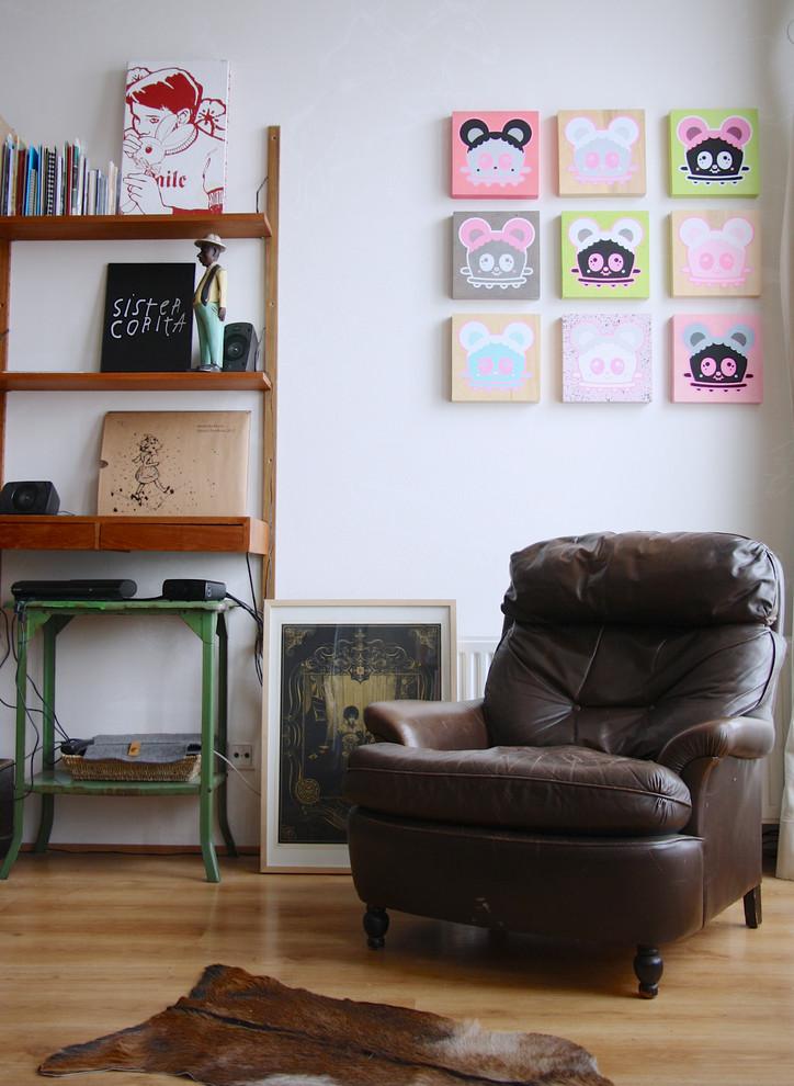 Кожаное кресло у стены