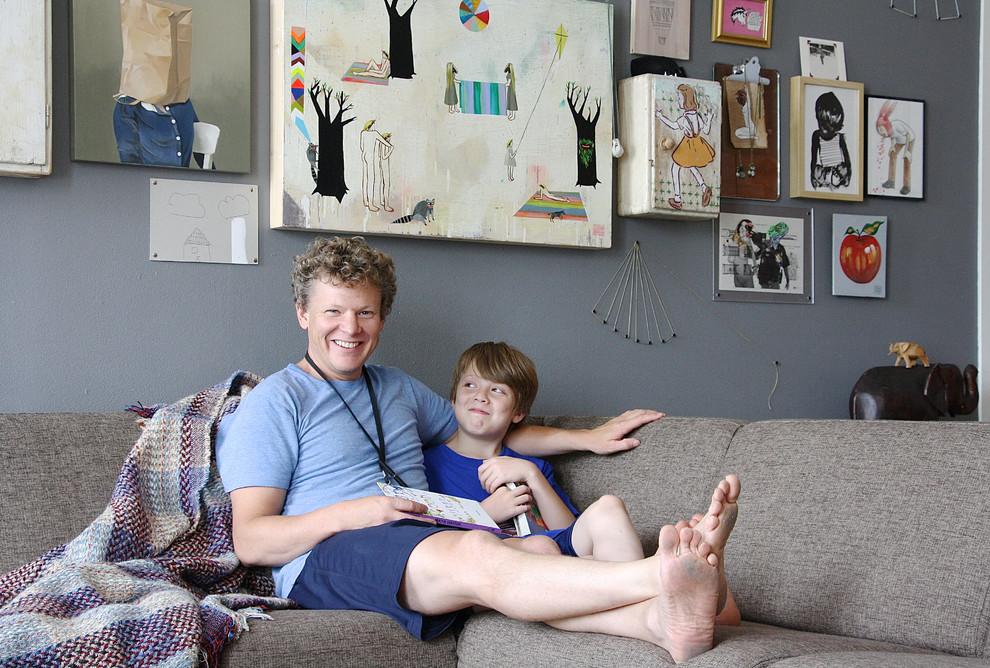 Мазер и Эддисон на кушетке в гостиной