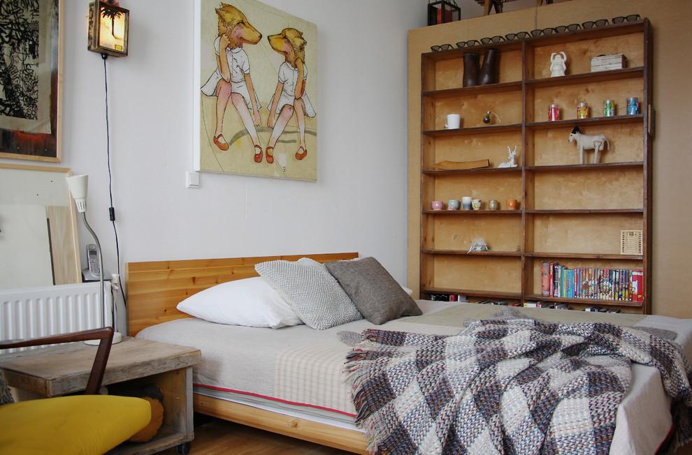 Деревянный стеллаж у кровати
