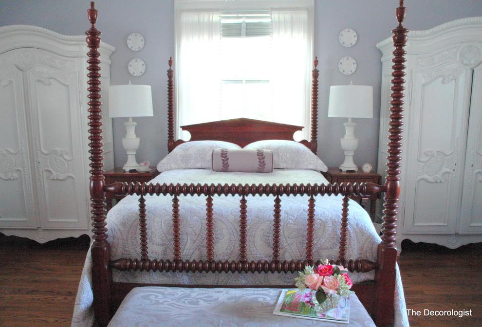 Высокие шкафы в спальне