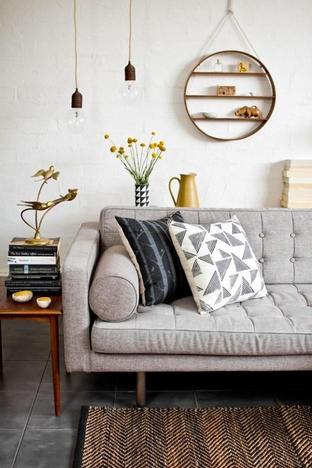 Красивая полка над диваном в гостиной