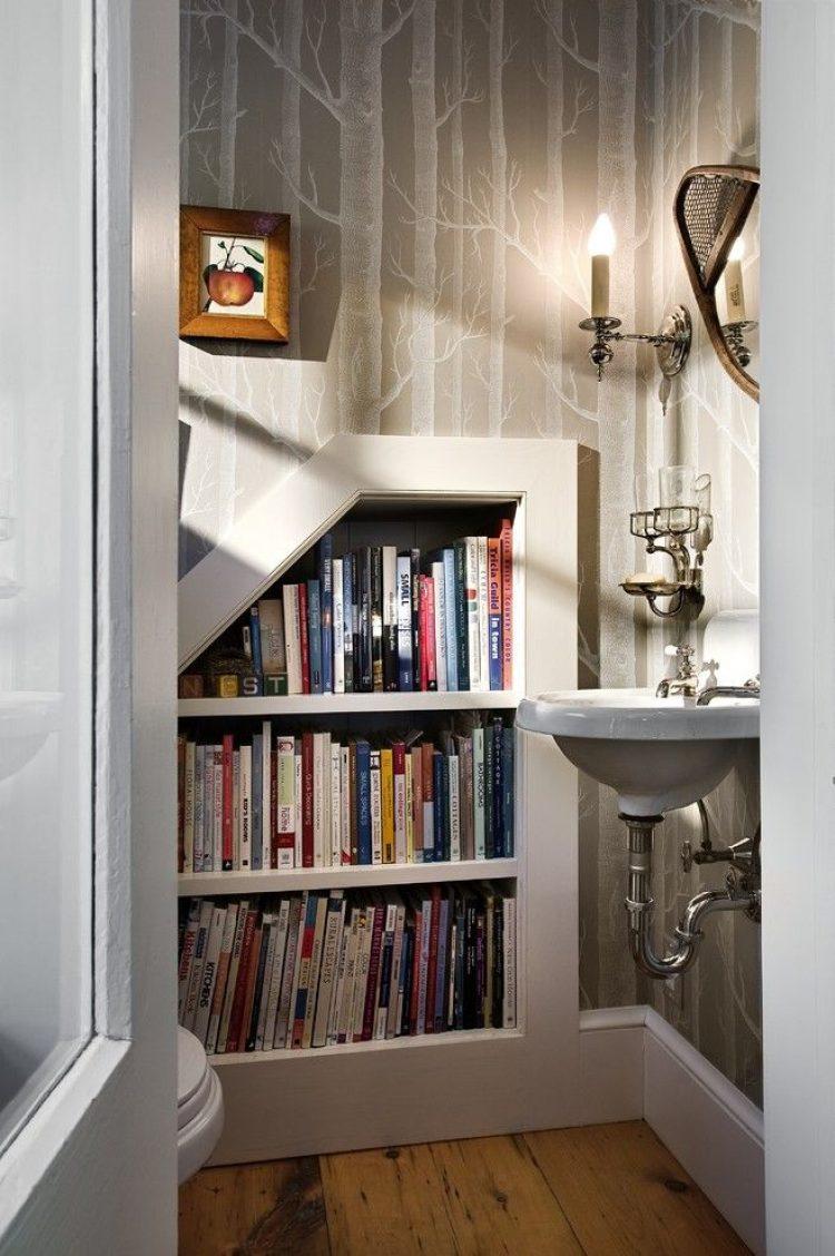 Встроенные полки для книг в ванной