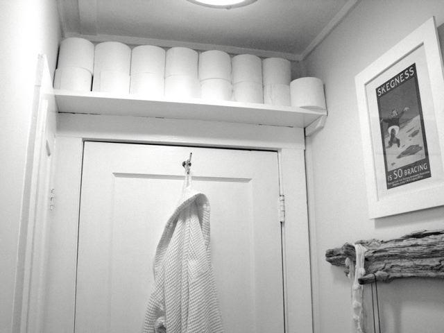 Полка для туалетной бумаги над дверью