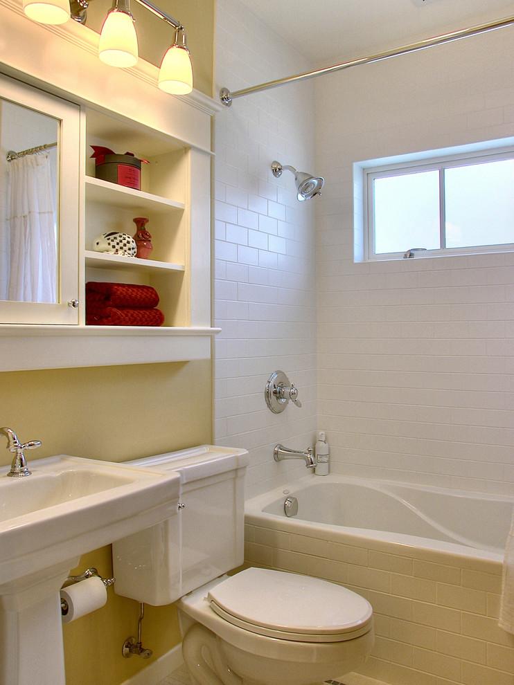 Зеркальный шкаф с открытыми полками в ванной