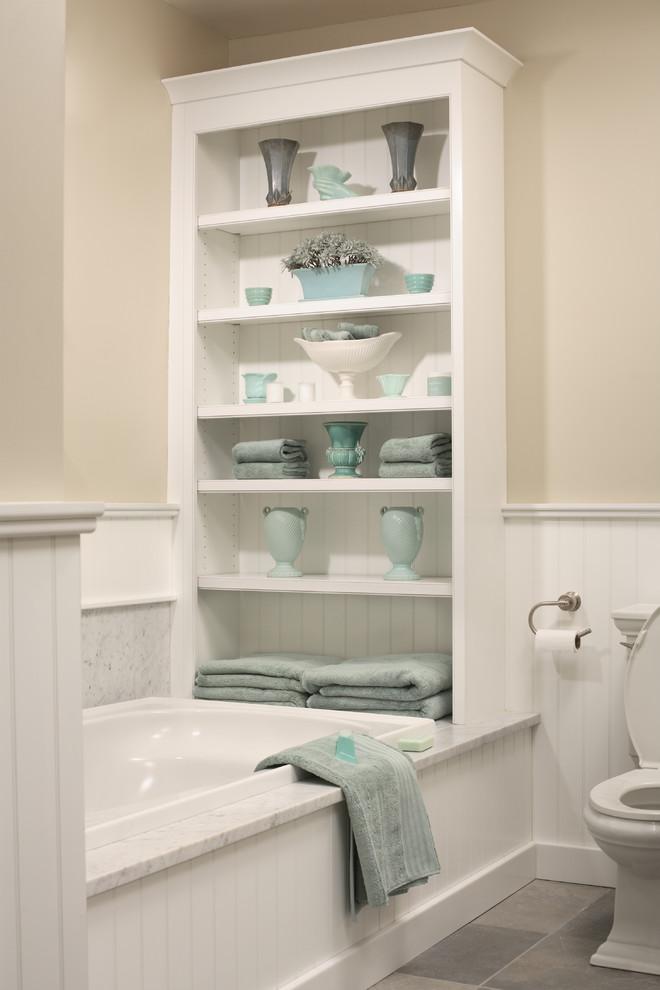 Встроенный стеллаж в ванной