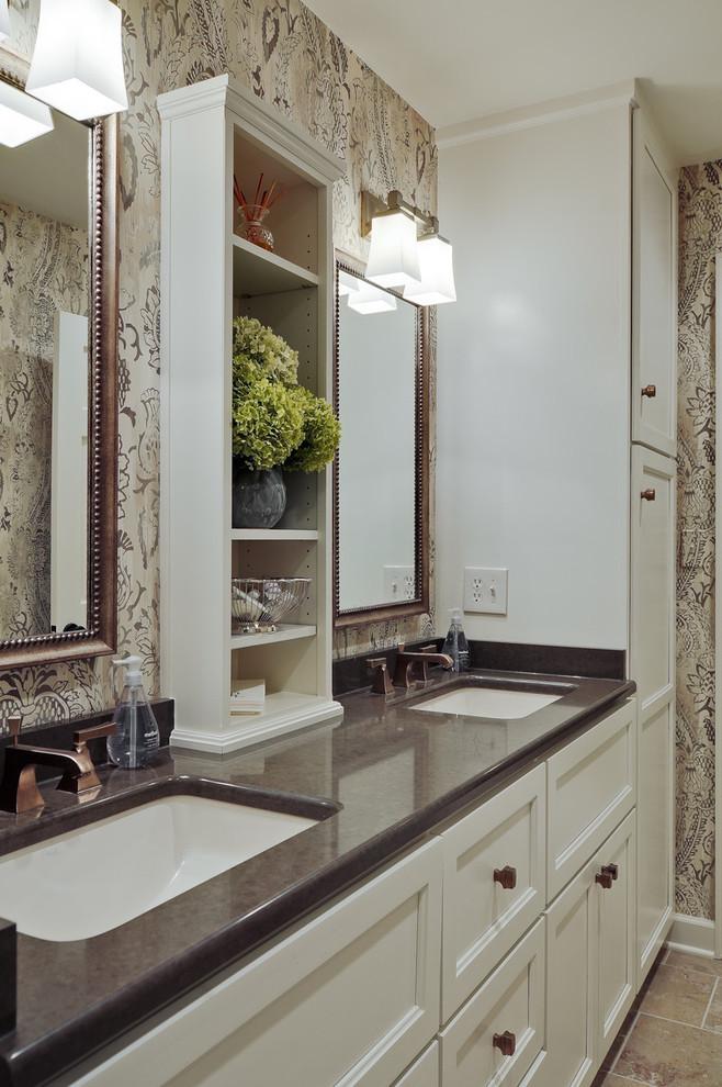 Узкий встроенный стеллаж в ванной