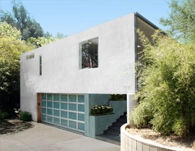 Двухэтажный гараж с широкими воротами