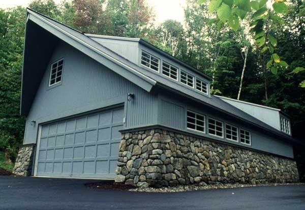 Двухэтажный гараж со вставками из натурального камня