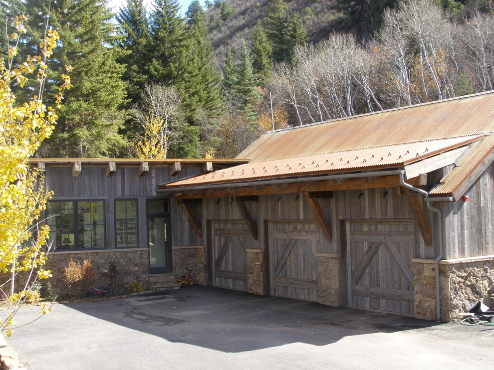 Комната в деревянном гараже