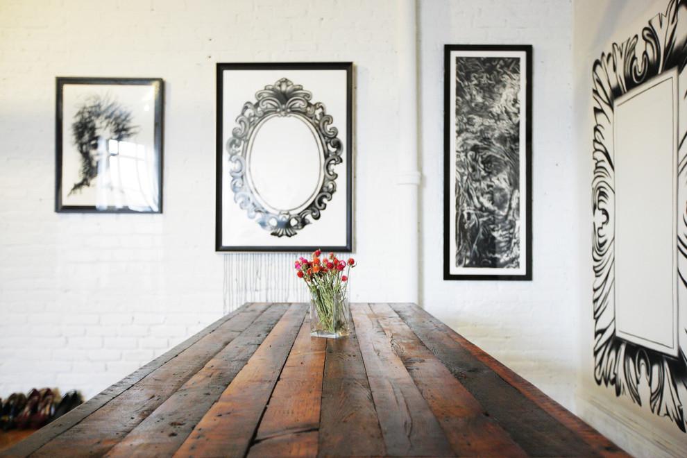 Картины на стене в столовой стильной квартиры в Бруклине