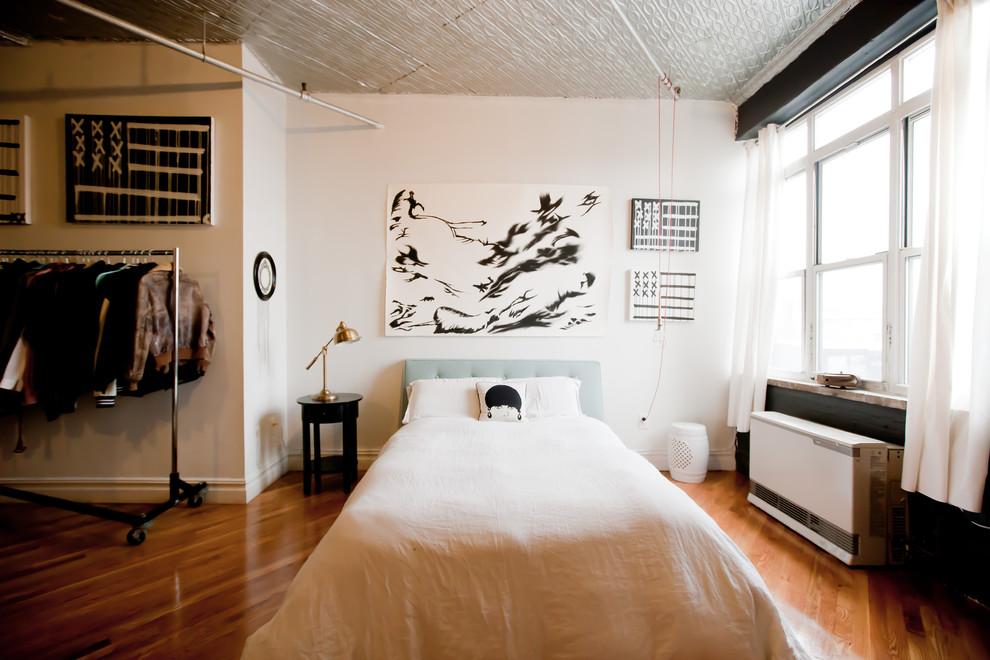Спальная зона стильной квартиры в Бруклине