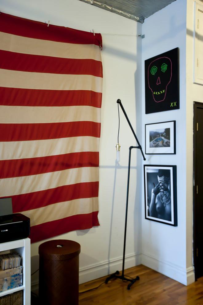 Картины на стене стильной квартиры в Бруклине