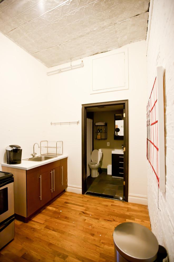 Кухня и санузел стильной квартиры в Бруклине