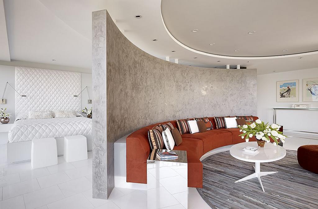 Мраморная перегородка в интерьере круглой гостиной