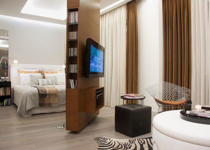 Интерактивная перегородка в интерьере спальни из дерева