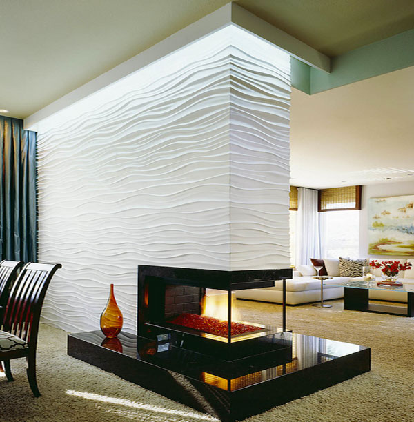 Камин стал частью перегородки в интерьере гостиной