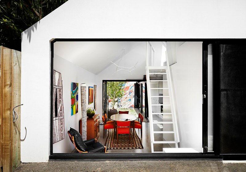 Яркий интерьер дома Alfred. Свет проходит насквозь через два больших окна