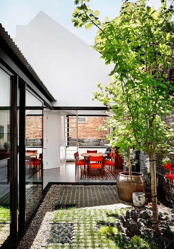 Яркий интерьер дома Alfred. Зелёное и уютное оформление заднего двора