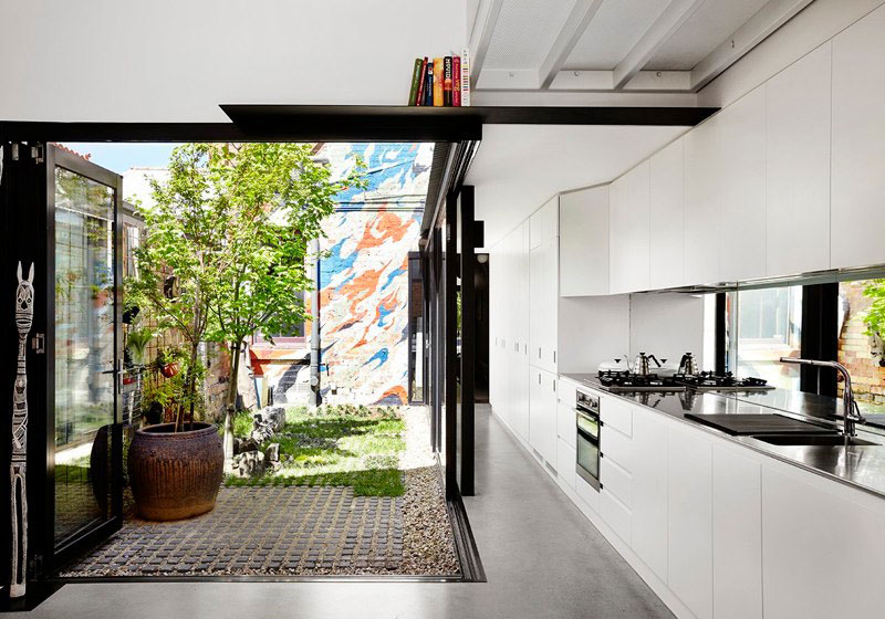 Яркий интерьер дома Alfred. Кухня с выходом на задний двор
