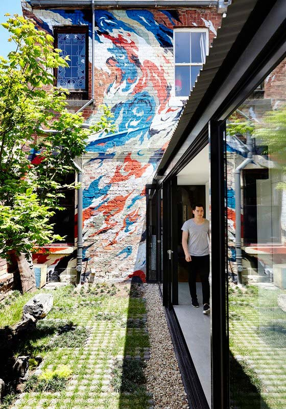 Яркий интерьер дома Alfred: кирпичная стена