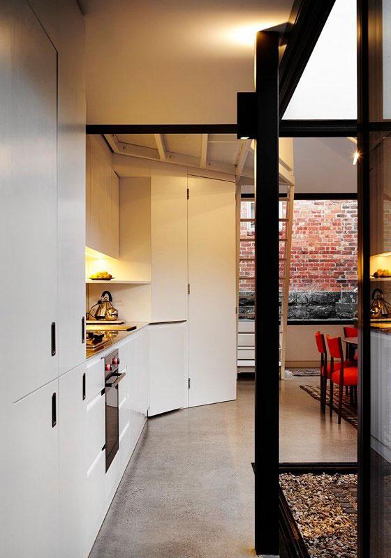 Яркий интерьер дома Alfred. Коридор проходит вдоль кухни